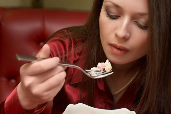 Како да ручате во ресторан, а да не се здебелите?