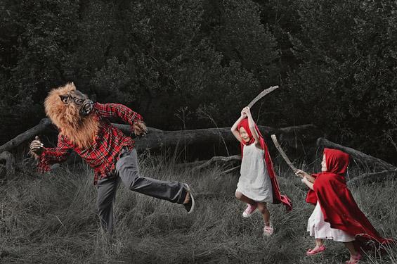 Татко кој прави креативни фотографии од своите деца
