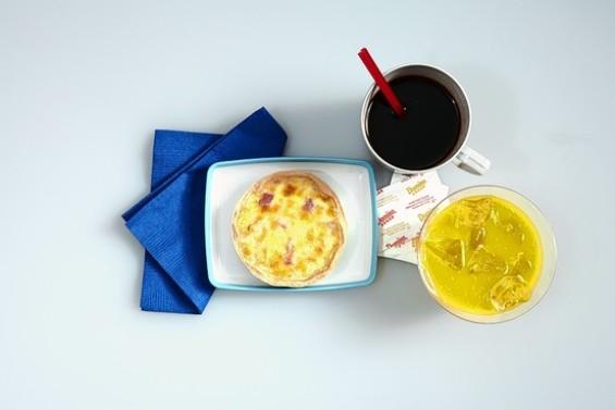 Што јадат патниците во авион од прва класа?