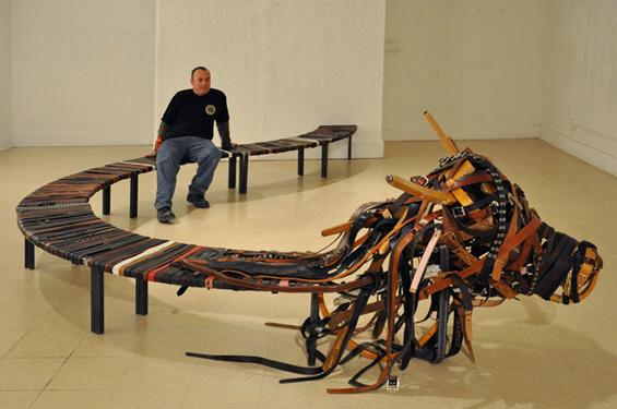 Клупа направена од 1000 колани