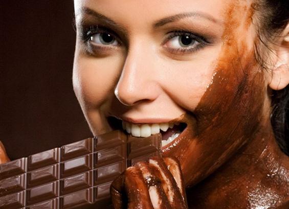 Девојки прелиени во чоколадо