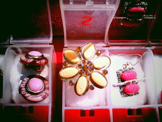 Накит од апчиња со поминат рок