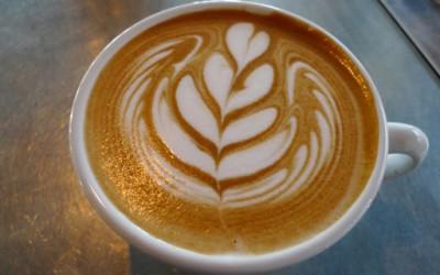 Уметност насликана на тазе сварено кафе