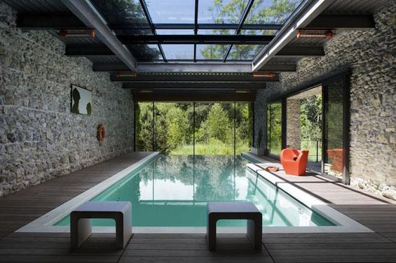 Стаклена куќа среде зеленило