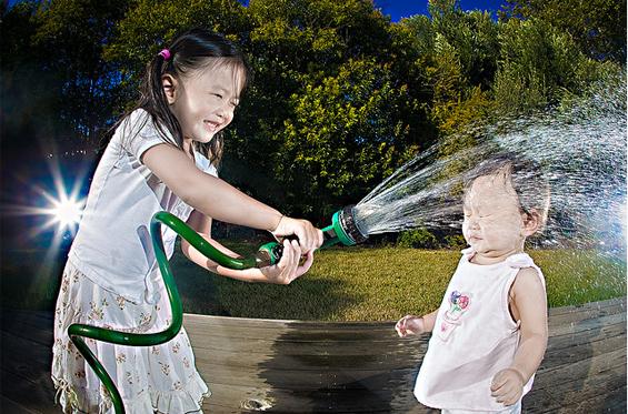 Фотограф ги претвора неговите ќеркички во слатко парче уметност