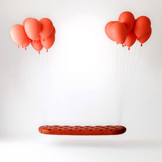 """Клупа """"обесена"""" на балони"""