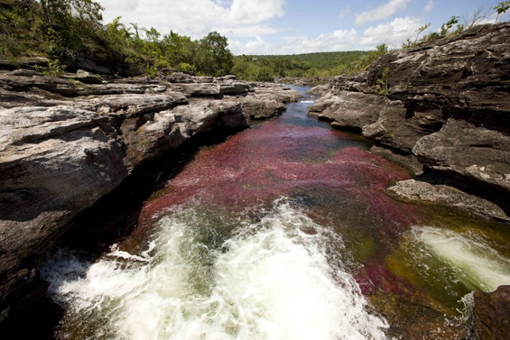 Кристална река која се прелева во пет бои