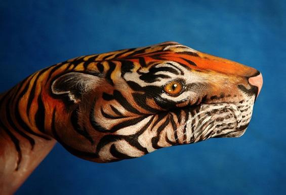 Човечки раце претворени во животни