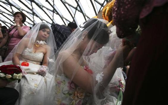 Курс за девојки, кој ги учи како да се омажат за богат маж