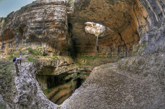 Водопадот што паѓа во пештера