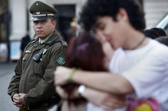 Студенти во Чиле протестираат со бакнување за поевтино образование
