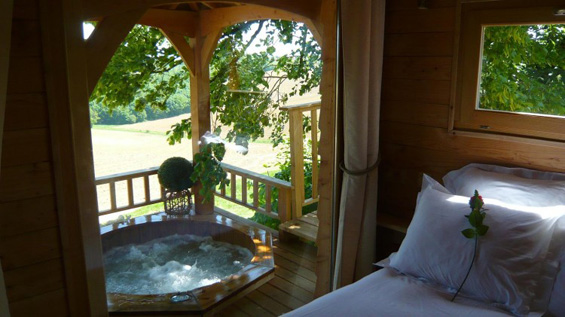 Романтична куќичка на дрво со џакузи