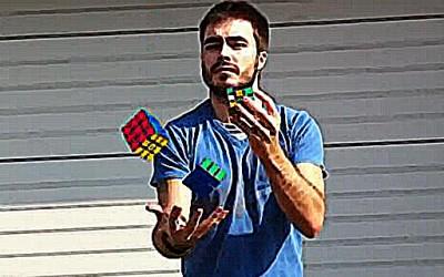 Мести рубикова коцка со една рака, додека жонглира со други две во другата