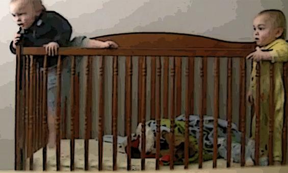 Бебе – нинџа бега од детско креветче
