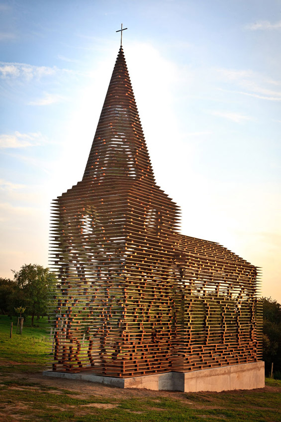 Транспарентна метална црква