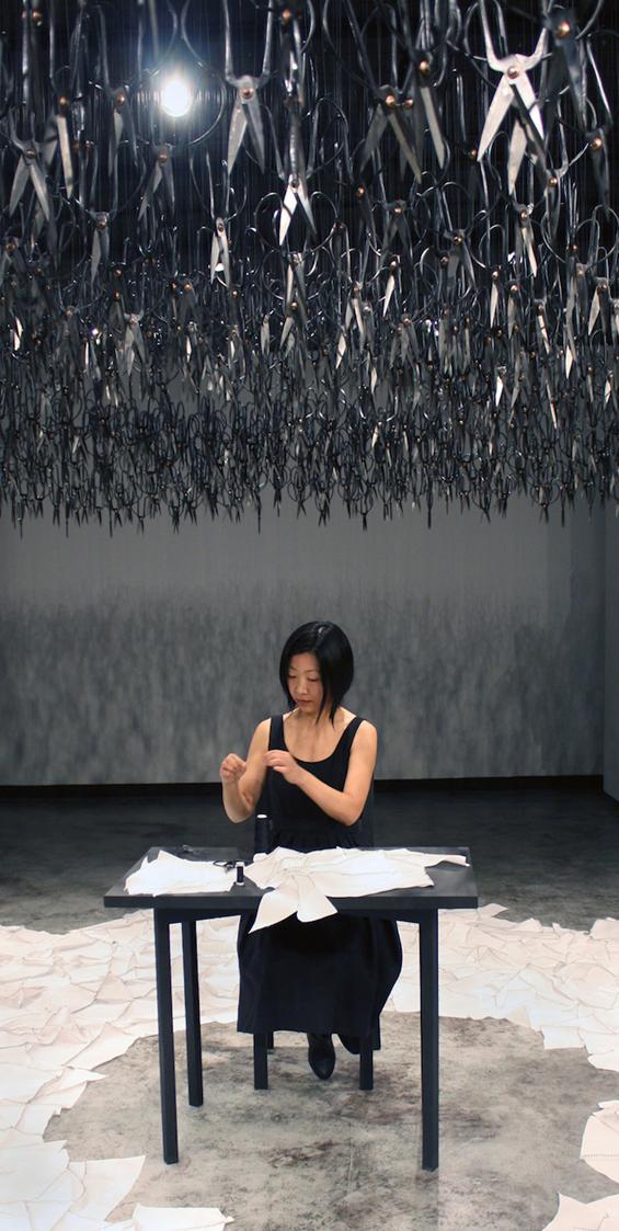 1500 ножици кои застрашувачки висат од таван