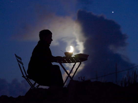 Забавувајќи се со месечината