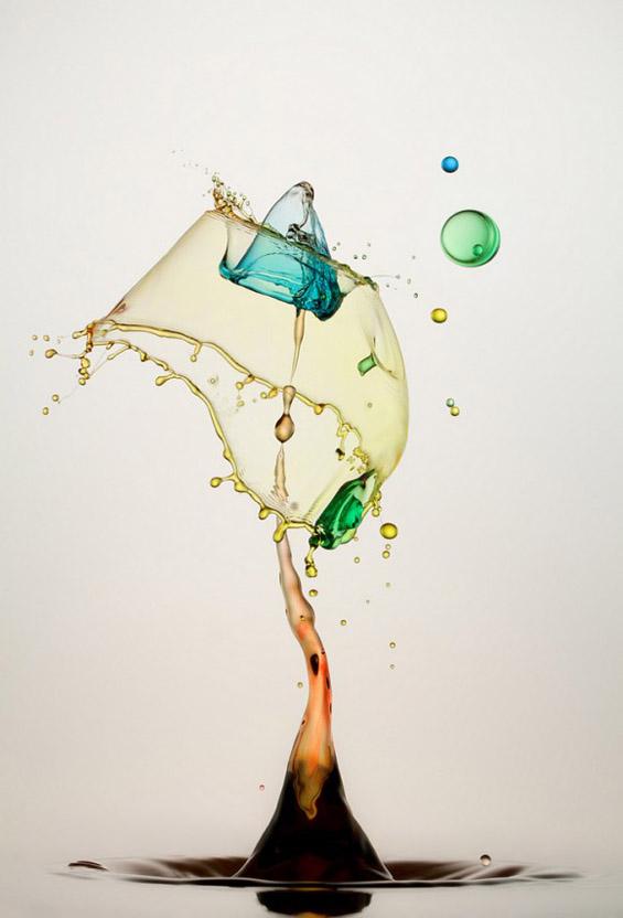 Капки вода поврзани во колоритни вонземски облици
