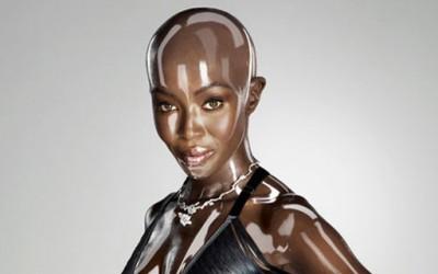Наоми Кембел, секси дури и во пластична верзија
