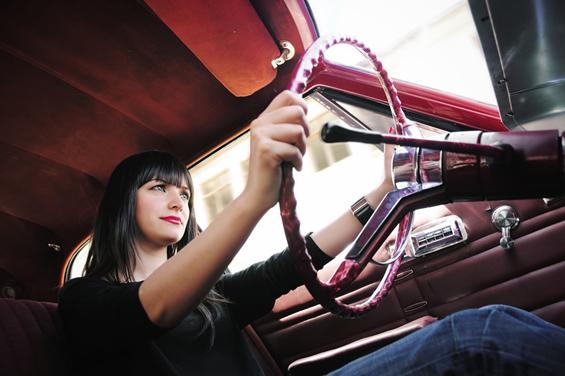 Половина од жените се под стрес кога возат со партнерот до нив