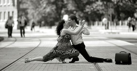 Гумени танцувачи низ руските улици