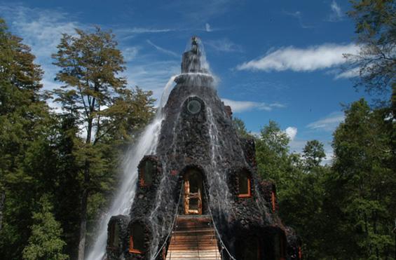 Вулканскиот хотел во Чиле од кој извира водопад