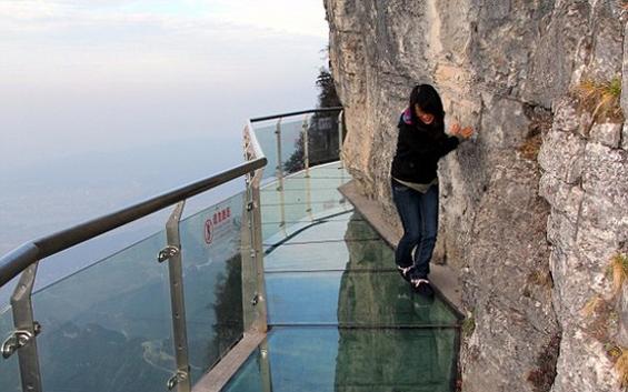 Стаклен под на височина од 1.430 метри
