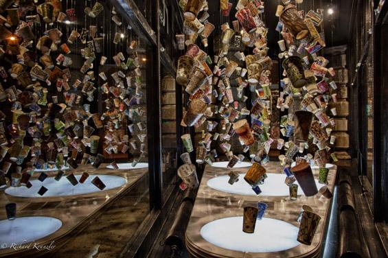 Излог со артистички чашки за кафе кои лебдат во воздухот