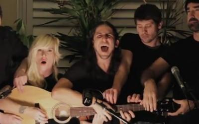 """""""Somebody That I Used to Know"""" отсвирена од 5 луѓе на една гитара"""