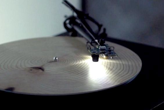 Грамофон кој произведува музика од парчиња дрво