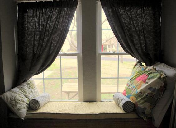 Удобно катче покрај прозорецот