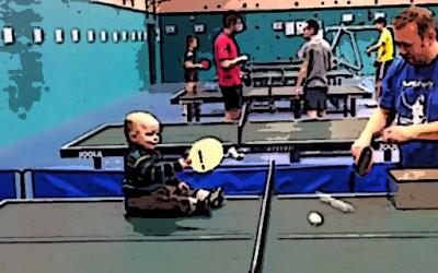 Бебе од една година игра пинг-понг