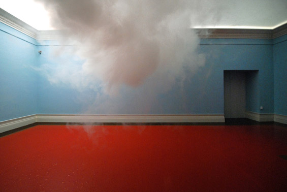 Необична уметност: лебдечки облачиња во соба