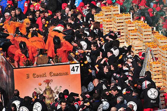 Битка со портокали во северна Италија