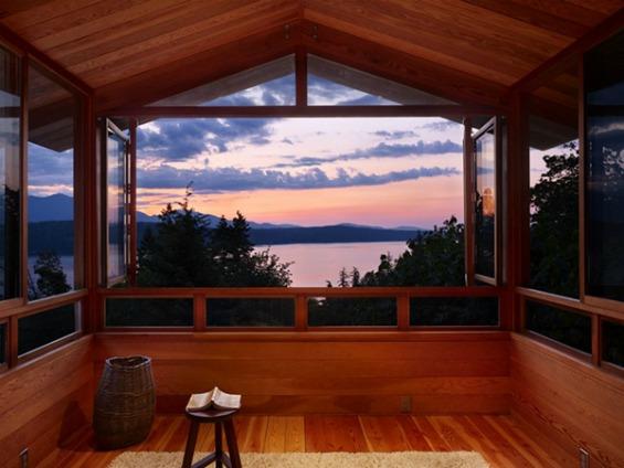 Шумска вила со прекрасен поглед кон езеро