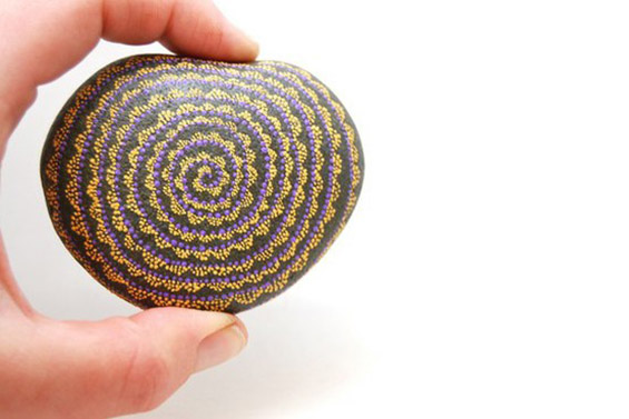 Фантастична уметност врз обични камчиња