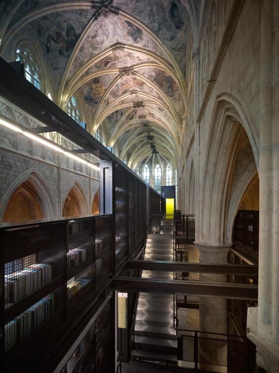 Стара црква претворена во модерна библиотека