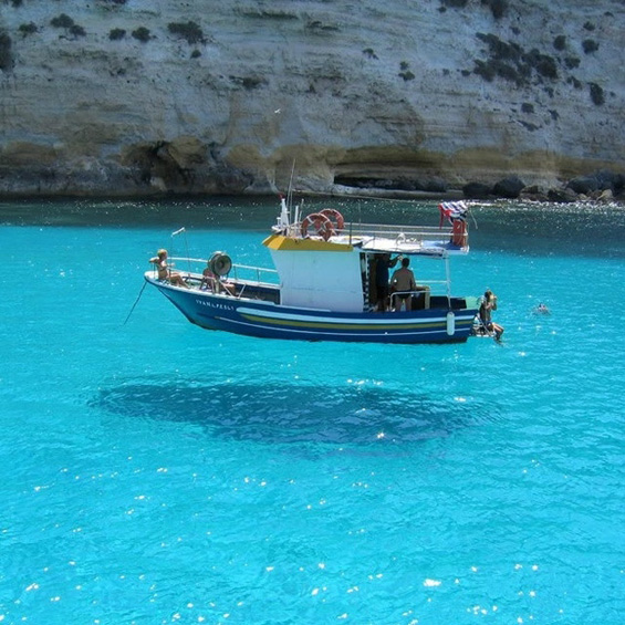 Брод кој магично лебди над површината на водата