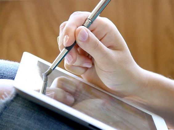 Уметничка четка која слика врз екран на допир