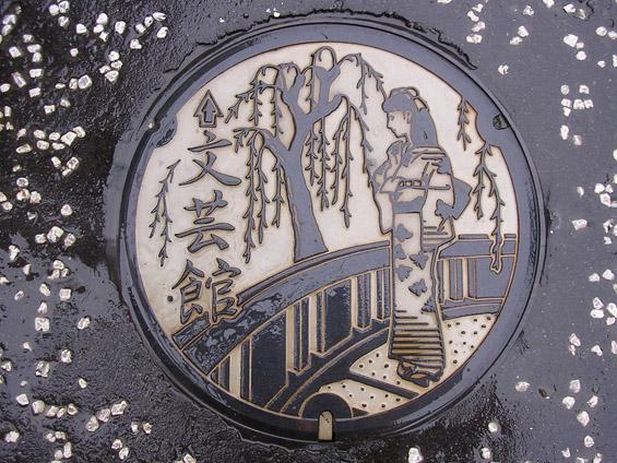 Капаците од шахтите во Јапонија во улога на уметнички платна