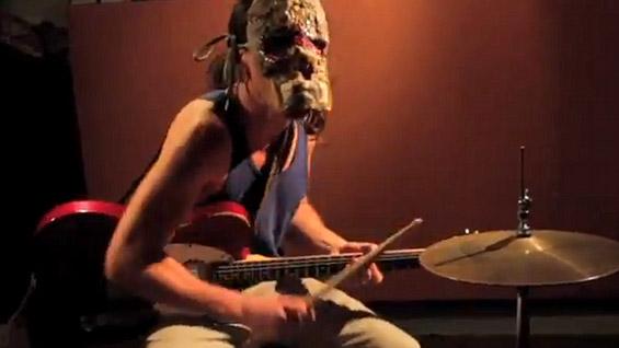 Маскиран музички талент - истовремено пее, свири гитара и удира на тапани