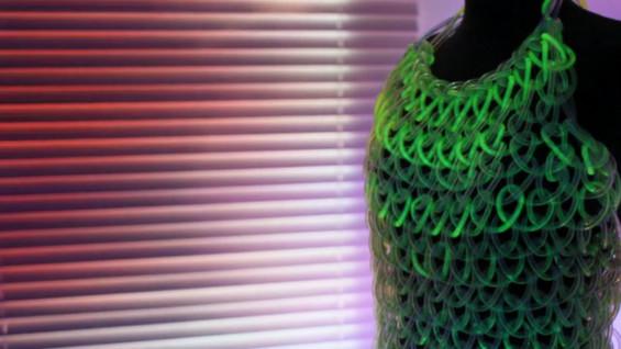 Мода на иднината: неверојатен флуоресцентен фустан