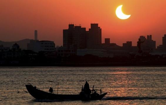 Спектакуларни фотографии од затемнувања на сонцето низ светот