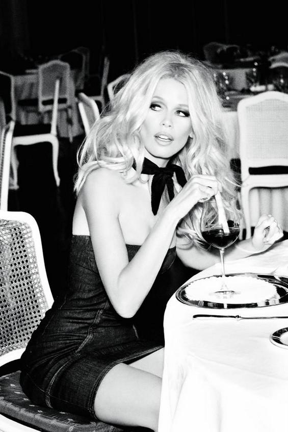 Прекрасната Клаудија Шифер во роденденската кампања на Guess