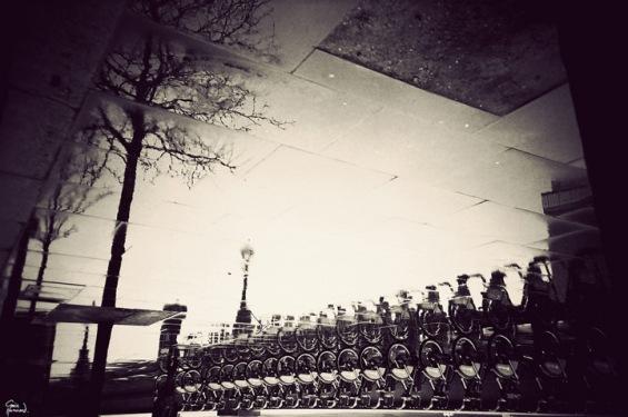 Лондон во одразот на сопствената дождливост