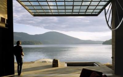 Уникатна вила со поглед на езеро