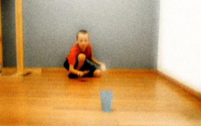 Деветгодишно момче прави неверојатни трикови со пинг-понг топче