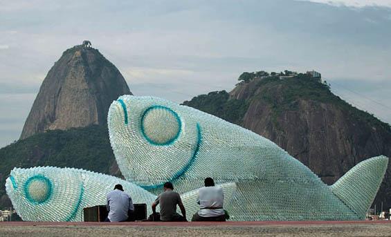 Прекрасни огромни риби од пластични шишиња