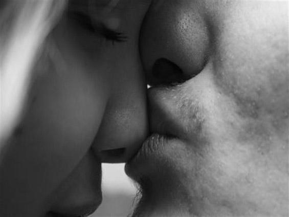 10 знаци дека се заљубувате во неа