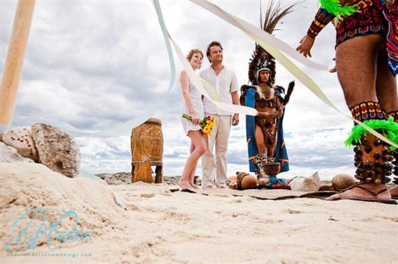 Заљубен пар се венчал на 22 различни локации од светот